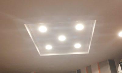 Sufit dwupoziomowy z lampami