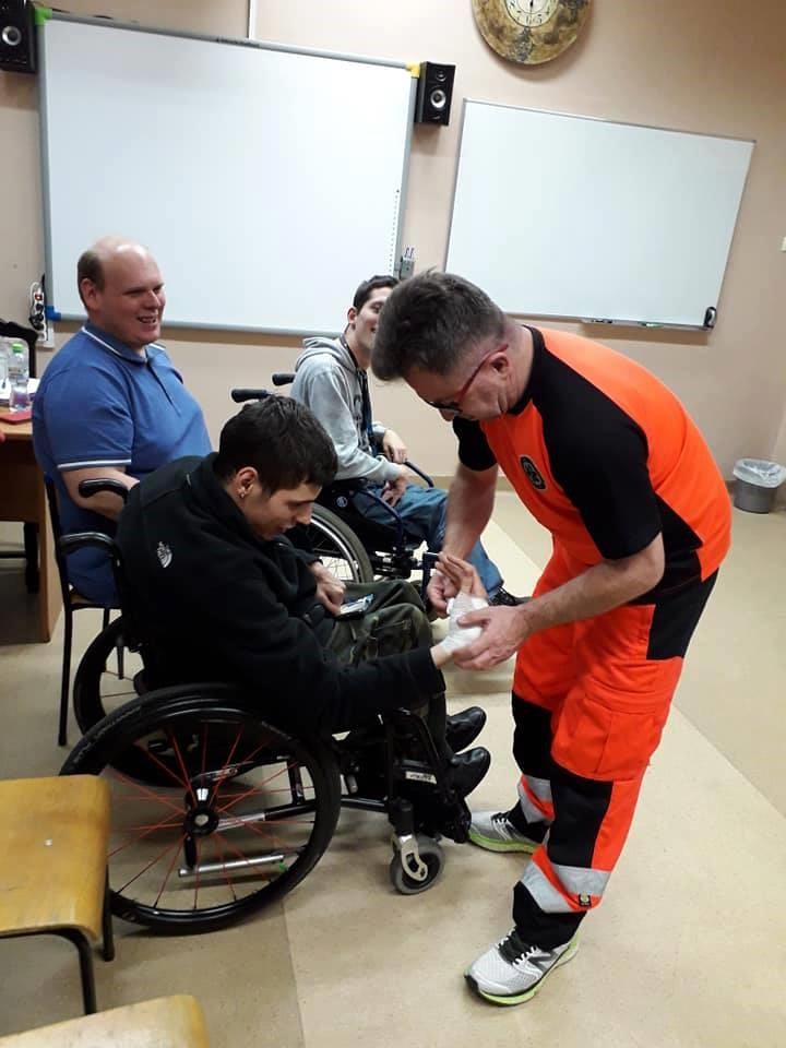 Szkolenie z pierwszej pomocy. Na zdjęciu z ratownikiem medycznym.