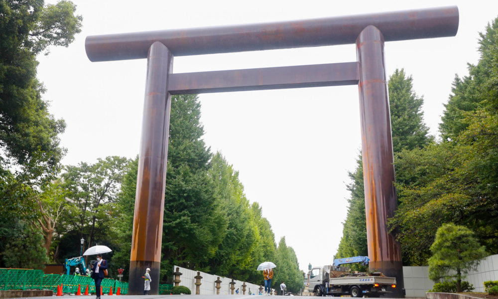 przed świątynią Yasukuni-jinja w Tokio